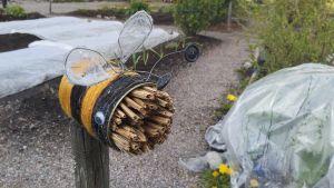 Insektshotell i formen av ett bi.