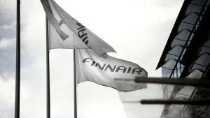 Finnairin liput liehuvat yhtiön pääkonttorin edustalla.