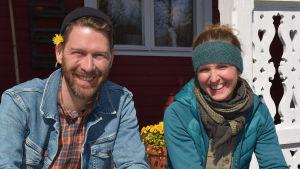 Jonas Sundström och Lena Gillberg på Strömsös verandatrappa