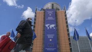 """Stora lakan om den """"Globala responsen mot coronaviruset"""" har hängts utanför EU-högkvarteret i Bryssel."""