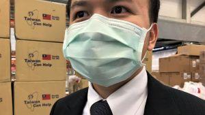 Jingyao Lin suu- ja nenäsuojus päällä.