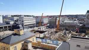 Osuuskauppa Maakunnan rakennustyömaa Kajaanin keskustassa.