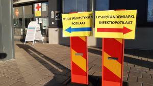 Seinäjoen keskussairaalan ensiapupäivystyksen sisäänkäynnin ohjeistus korona-aikana.