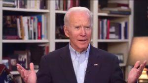 Joe Biden kirjahyllynsä edessä
