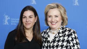Nanette Burstein och Hillary Clinton under filmfestivalen i Berlin.