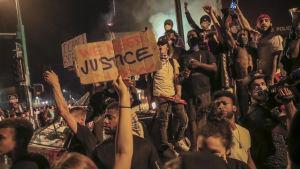 Människor protesterar i Minneapolis.