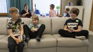Otso Korri, Roope Nissilä ja Alvar Pakkala istuvat sohvalla.