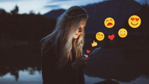Kvinna som tittar på sin telefon