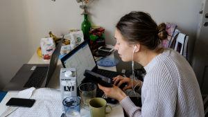 Ilona Raivio distansarbetar från sitt kök, 24.3 2020.