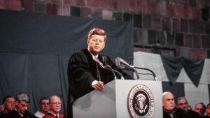 USA:n presidentti John F. Kennedy pitämässä puhetta Amherst Collegessa lokakuussa 1963.
