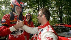 Sebastien Loeb gratulerar Marcus Grönholm till segern i det japanska VM-rallyt 2005.