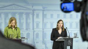 Undervisningsminister Li Andersson och undervisnings- och kulturminister Hanna Kosonen under presskonferensen den 4 juni.