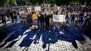 Ett hav av demonstranter med olika skyltar.