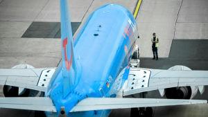 Ett flygplan görs klart för avgång på Düsseldorfs flygplats.