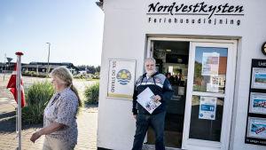 Två tyska turister utanför en turistbyrå i Løkken på västra Jylland.