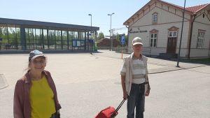 Två personer på gården vid Jakobstad-Pedersöre tågstation.