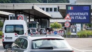 Schweiziska bilar köar vid gränsen mot Italien.