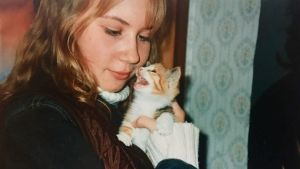 Ung Sofie Stara med kattunge.