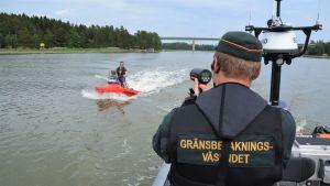 En sjöbevakare som mäter hastigheten på en vattenskoter.