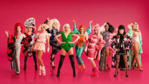 10 drag queenia värikkäissä vaatteissa.