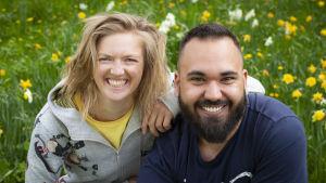 BUU-klubbsledarna Lisa och Emil sitter och ler mot kameran.