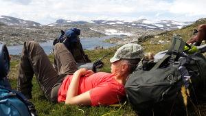 Camilla Sandström vilar under en vandring i svenska fjällen.