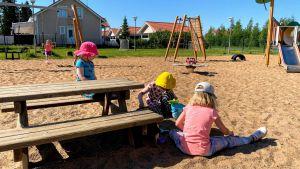 Lapsia leikkimässä päiväkoti Jekkuvekaran pihalla Limingassa.