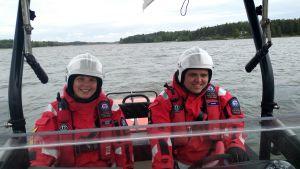 två sjöräddare sitter i en sjöräddningsbåt