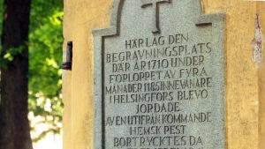 Text vid Bulevarden som påminner om pestoffren som begravdes i området 1710.