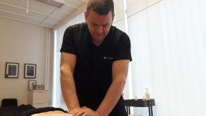 Anders Granholm i Jakobstad masserar klient.