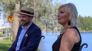 sopraano Karita Mattila ja pianisti Ville Matvejeff istuvat Olavinlinnan edustalla
