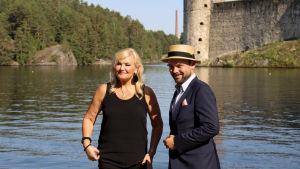 sopraano Karita Mattila ja pianisti Ville Matvejeff seisovat Olavinlinnan edustalla