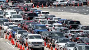 Hundratals människor köar i sina bilar för att testas vid en provisorisk testningsplats i Florida som drivs av Nationalgardet.