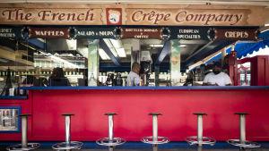 """Personalen på """"French Crepe Company"""" i Los Angeles väntade på kunder samma dag som guvernören Gavin Newsom meddelade att barerna måste stänga igen."""