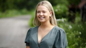 En leende Johanna Smeds i hemtrakterna i Nykarleby