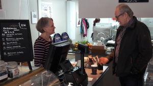Tiina Suni med en kund i sitt café i Karleby.