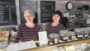 Tiina Suni i sitt café i Karleby tillsammans med Suvi Pajula, till höger på bild.