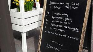 Lunchmeny utanför Café Stiina i Karleby.
