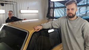 Mikael och Dan-Peter Enlund i en bilverkstad i Karleby.