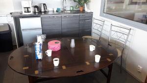 Kaffebord med mjölk och kex i en bilaffär i Karleby.