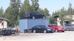 Gårdplanen till en bilaffär i Karleby.