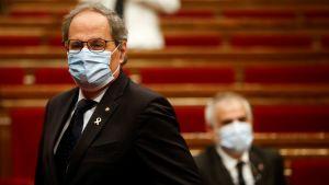 Kataloniens president Quim Torra i regionparlamentet med ansiktsskydd på.