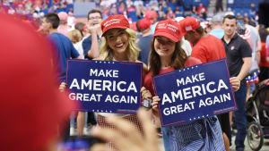 Två unga kvinnliga Trumpanhängare på Trumps kampanjmöte i Tulsa.
