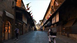 Ponte Vecchio brukar vanligtvis vara full med turister som kikar på de många handelsbodarna som säljer stadens kännetecknande hantverk.