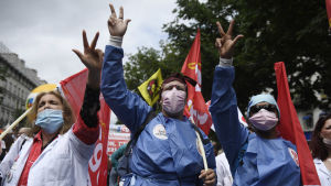 Sjukvårdare demonstrerar.