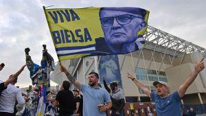 Supportrar hyllar tränaren Marcelo Bielsa utanför hemmaarenan Elland Road.