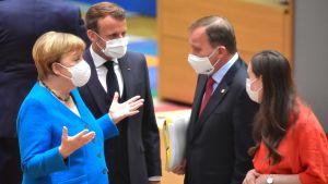 Angela Merkel, Emmanuel Macron, Stefan Löfven och Sanna Marin samtalar i samband med Europeiska rådets möte i Bryssel den 18 juli 2020.