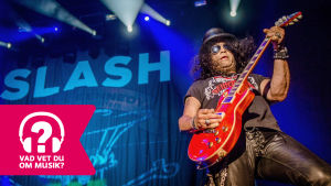 Slash spelar elgitarr.