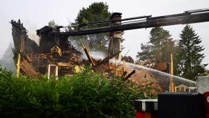 Palokunta sammuttamassa omakotilalon paloa Kemissä