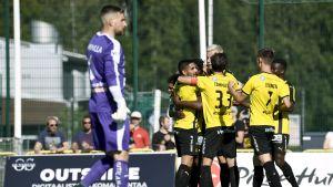 FC Honka-spelare firar i klunga bakom Martin Kompalla.